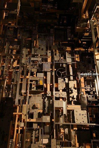 Комната из запчастей от старых компьютеров