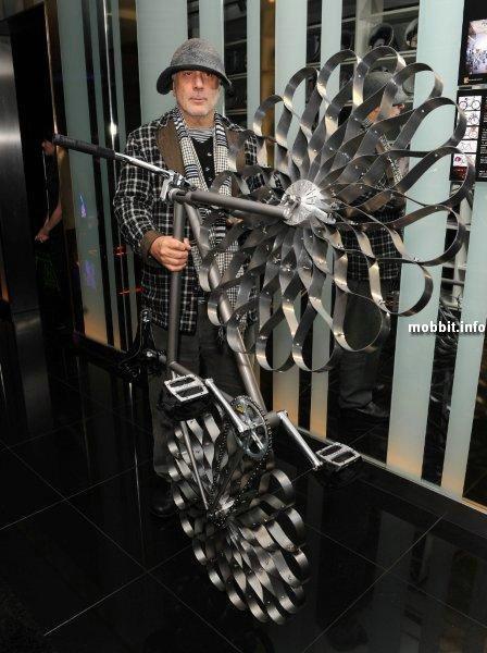 Велосипед с металлическими колесами-«цветами»