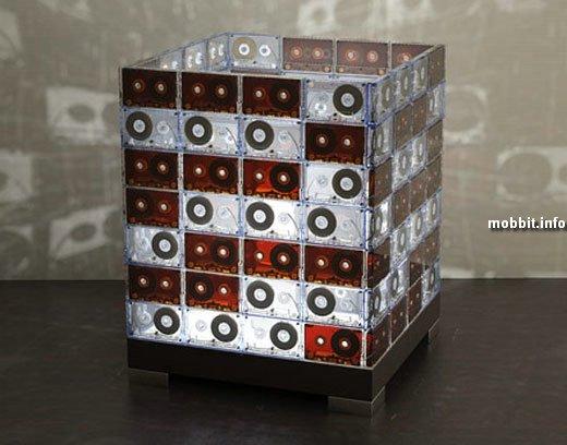 За основу взяты старые кассеты с магнитной лентой внутри.  Свет, преломленный пластиком, создает интересную атмосферу...