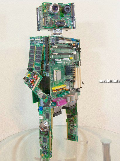 Самодельный робот из запчастей от старых компьютеров