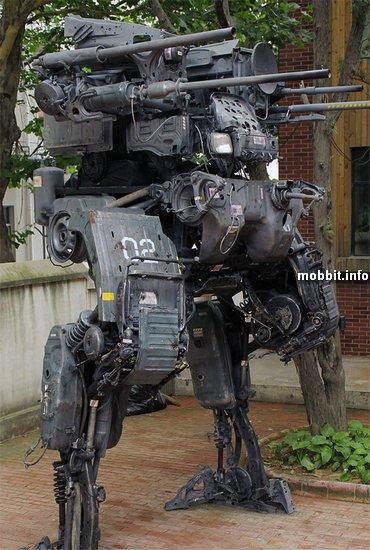 Боевой робот из запчастей от грузовика Nissan