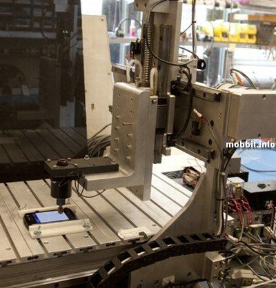 Робот тестирует сенсорные дисплеи